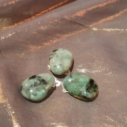 Obesek smaragd z luknjo